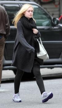 Dakota Fanning / Michael Sheen - Imagenes/Videos de Paparazzi / Estudio/ Eventos etc. - Página 5 Aauxkmjc