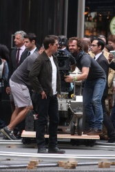 Tom Cruise - on the set of 'Oblivion' outside at the Empire State Building - June 12, 2012 - 376xHQ YTgtkKnm