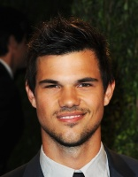 Taylor Lautner - Imagenes/Videos de Paparazzi / Estudio/ Eventos etc. - Página 38 Abw2WQWb