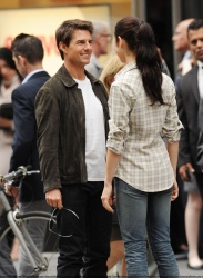 Tom Cruise - on the set of 'Oblivion' outside at the Empire State Building - June 12, 2012 - 376xHQ KtudaX3a
