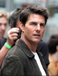 Tom Cruise - on the set of 'Oblivion' outside at the Empire State Building - June 12, 2012 - 376xHQ CJpWEmwU