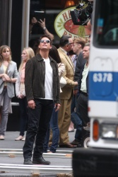 Tom Cruise - on the set of 'Oblivion' outside at the Empire State Building - June 12, 2012 - 376xHQ 5pqadESp