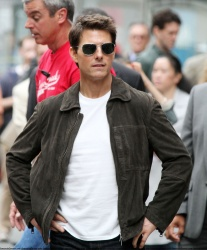 Tom Cruise - on the set of 'Oblivion' outside at the Empire State Building - June 12, 2012 - 376xHQ UjRwgo9r