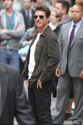Tom Cruise - on the set of 'Oblivion' outside at the Empire State Building - June 12, 2012 - 376xHQ 1ElxGqNi