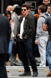 Tom Cruise - on the set of 'Oblivion' outside at the Empire State Building - June 12, 2012 - 376xHQ K1UxqtY9