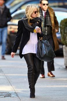Dakota Fanning / Michael Sheen - Imagenes/Videos de Paparazzi / Estudio/ Eventos etc. - Página 5 Aabet651