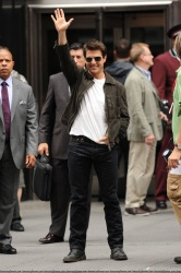 Tom Cruise - on the set of 'Oblivion' outside at the Empire State Building - June 12, 2012 - 376xHQ FbNPlrJy