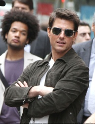 Tom Cruise - on the set of 'Oblivion' outside at the Empire State Building - June 12, 2012 - 376xHQ 5IBGdpBJ