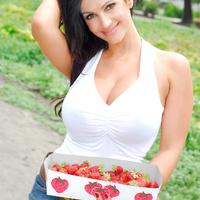 Дениз Милани, фото 4244. Denise Milani Plucking Strawberry., foto 4244