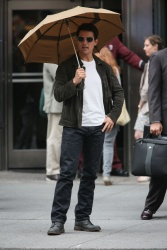 Tom Cruise - on the set of 'Oblivion' outside at the Empire State Building - June 12, 2012 - 376xHQ Gxt4FIlu