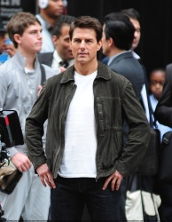 Tom Cruise - on the set of 'Oblivion' outside at the Empire State Building - June 12, 2012 - 376xHQ Fxs6oa6a