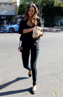 Nina Dobrev with Hilary at Alfred Coffee & Kitchen in West Hollywood (July 29) 0QQkiAJt