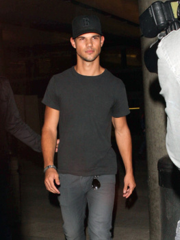 Taylor Lautner - Imagenes/Videos de Paparazzi / Estudio/ Eventos etc. - Página 38 AbrV2ImQ