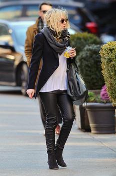 Dakota Fanning / Michael Sheen - Imagenes/Videos de Paparazzi / Estudio/ Eventos etc. - Página 5 AasOIECl