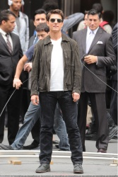 Tom Cruise - on the set of 'Oblivion' outside at the Empire State Building - June 12, 2012 - 376xHQ 0LGEXQmX