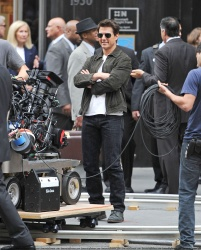 Tom Cruise - on the set of 'Oblivion' outside at the Empire State Building - June 12, 2012 - 376xHQ E6e6DWXw