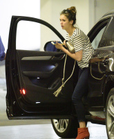 Nina Dobrev heads to a medical building chatting on her cell (June 03) 5IeJF3Kv