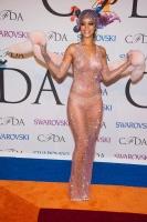 Рианна в прозрачном платье топлес