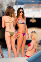 Nina Dobrev vacationing with friends in Saint-Tropez (July 20) YSjnChNp