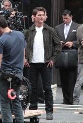 Tom Cruise - on the set of 'Oblivion' outside at the Empire State Building - June 12, 2012 - 376xHQ BGz24qEy