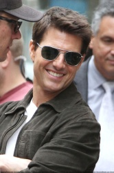Tom Cruise - on the set of 'Oblivion' outside at the Empire State Building - June 12, 2012 - 376xHQ UIQhf1Ki