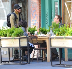 Jake Gyllenhaal & Jonah Hill & America Ferrera - Out And About In NYC 2013.04.30 - 37xHQ SqO7Tgnb
