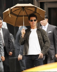 Tom Cruise - on the set of 'Oblivion' outside at the Empire State Building - June 12, 2012 - 376xHQ DPLwjub0