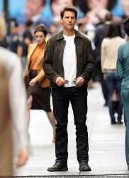 Tom Cruise - on the set of 'Oblivion' in New York City - June 13, 2012 - 52xHQ 4RL2xWU1