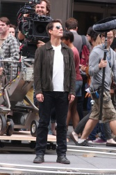 Tom Cruise - on the set of 'Oblivion' outside at the Empire State Building - June 12, 2012 - 376xHQ PPLKYpov