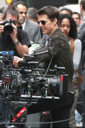 Tom Cruise - on the set of 'Oblivion' outside at the Empire State Building - June 12, 2012 - 376xHQ IW5ZArv5
