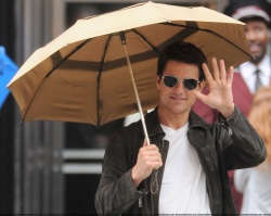 Tom Cruise - on the set of 'Oblivion' outside at the Empire State Building - June 12, 2012 - 376xHQ 3UC0JnRx