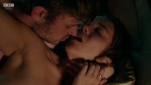 Synnøve Karlsen, Aisling Franciosi (nn) @ Clique s01e01-e03 (UK 2017) [HD 720p WEB] 4CQxU8Gs