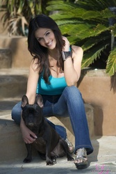 Дениз Милани, фото 4935. Denise Milani Playing with the Puppy (Low Quality), foto 4935