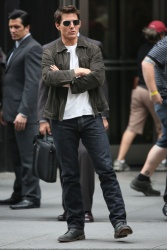 Tom Cruise - on the set of 'Oblivion' outside at the Empire State Building - June 12, 2012 - 376xHQ CoQBdFVV