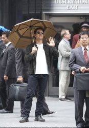 Tom Cruise - on the set of 'Oblivion' outside at the Empire State Building - June 12, 2012 - 376xHQ S21MJ6qo