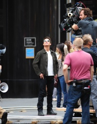 Tom Cruise - on the set of 'Oblivion' outside at the Empire State Building - June 12, 2012 - 376xHQ T64WjDE0