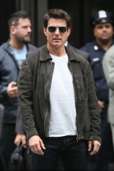 Tom Cruise - on the set of 'Oblivion' outside at the Empire State Building - June 12, 2012 - 376xHQ F5i58w3O