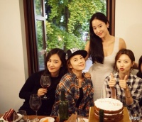 140929 Yuri Selfie with Friends