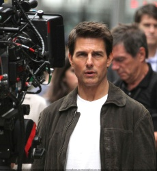 Tom Cruise - on the set of 'Oblivion' outside at the Empire State Building - June 12, 2012 - 376xHQ EoKYIy2E