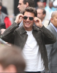 Tom Cruise - on the set of 'Oblivion' outside at the Empire State Building - June 12, 2012 - 376xHQ VDCbg7mN