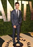 Taylor Lautner - Imagenes/Videos de Paparazzi / Estudio/ Eventos etc. - Página 38 AbvGiBu9