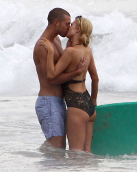 Paris Hilton Kisses a Guy in Malibu Who Is Not River Viiperi