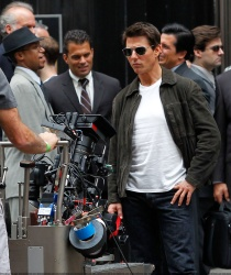 Tom Cruise - on the set of 'Oblivion' outside at the Empire State Building - June 12, 2012 - 376xHQ ZQIhHq6b