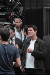 Tom Cruise - on the set of 'Oblivion' outside at the Empire State Building - June 12, 2012 - 376xHQ ZYVsonf8