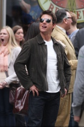 Tom Cruise - on the set of 'Oblivion' outside at the Empire State Building - June 12, 2012 - 376xHQ NzZrvihD
