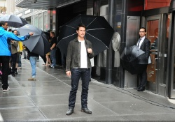 Tom Cruise - on the set of 'Oblivion' outside at the Empire State Building - June 12, 2012 - 376xHQ Y81YnS9b