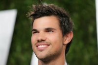 Taylor Lautner - Imagenes/Videos de Paparazzi / Estudio/ Eventos etc. - Página 38 AczjF3cI