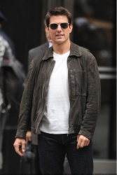 Tom Cruise - on the set of 'Oblivion' outside at the Empire State Building - June 12, 2012 - 376xHQ GIckHWer