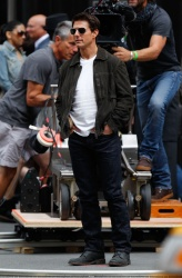 Tom Cruise - on the set of 'Oblivion' outside at the Empire State Building - June 12, 2012 - 376xHQ LS0PC8nl