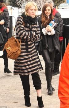 Dakota Fanning / Michael Sheen - Imagenes/Videos de Paparazzi / Estudio/ Eventos etc. - Página 6 AdxvO2P2